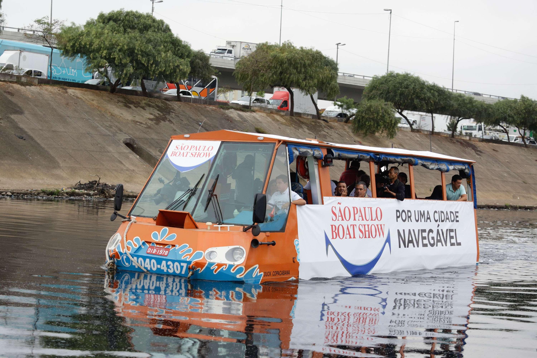 Ônibus anfíbio navega pelo Rio Tietê, na altura do Cebolão, em São Paulo (SP), na manhã desta quarta-feira (17) Foto: Gabriela Biló/Futura Press