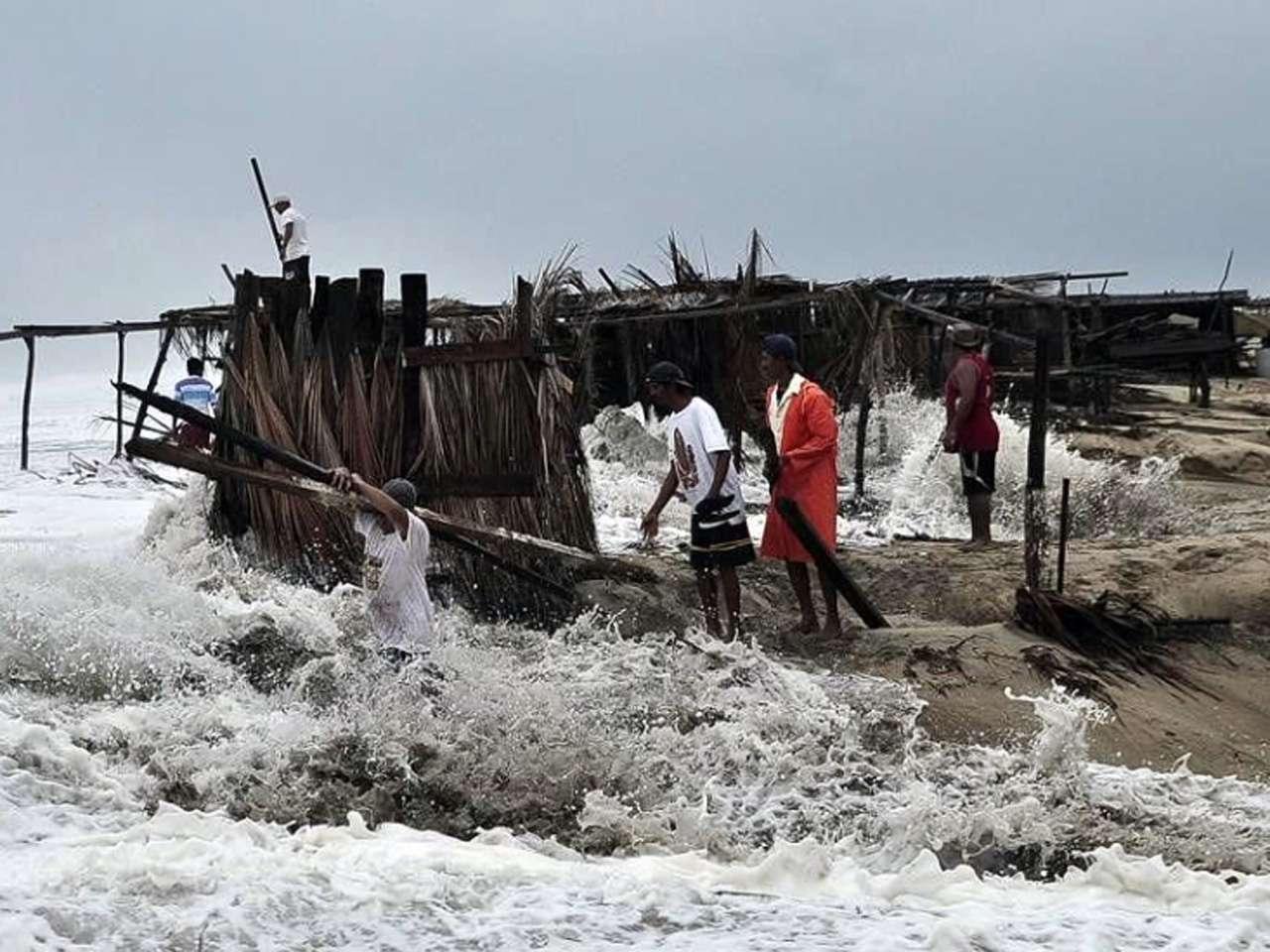 La tormenta tropical 'Polo' provoca marejadas en la costa de Guerrero. así como la evacuación de una localidad en Coyuca de Benítez Foto: Reuters en español