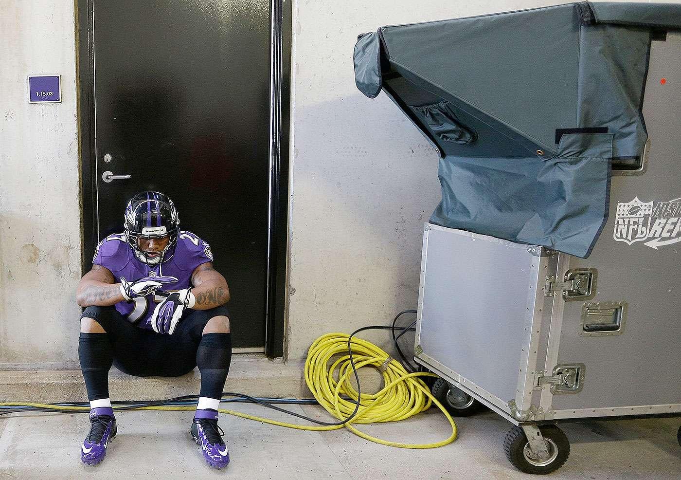 En esta foto del 10 de noviembre de 2014, Ray Rice, corredor de los Ravens de Baltimore, espera en el túnel antes de un partido contra los Bengals de Cincinnati Foto: Patrick Semansky/AP