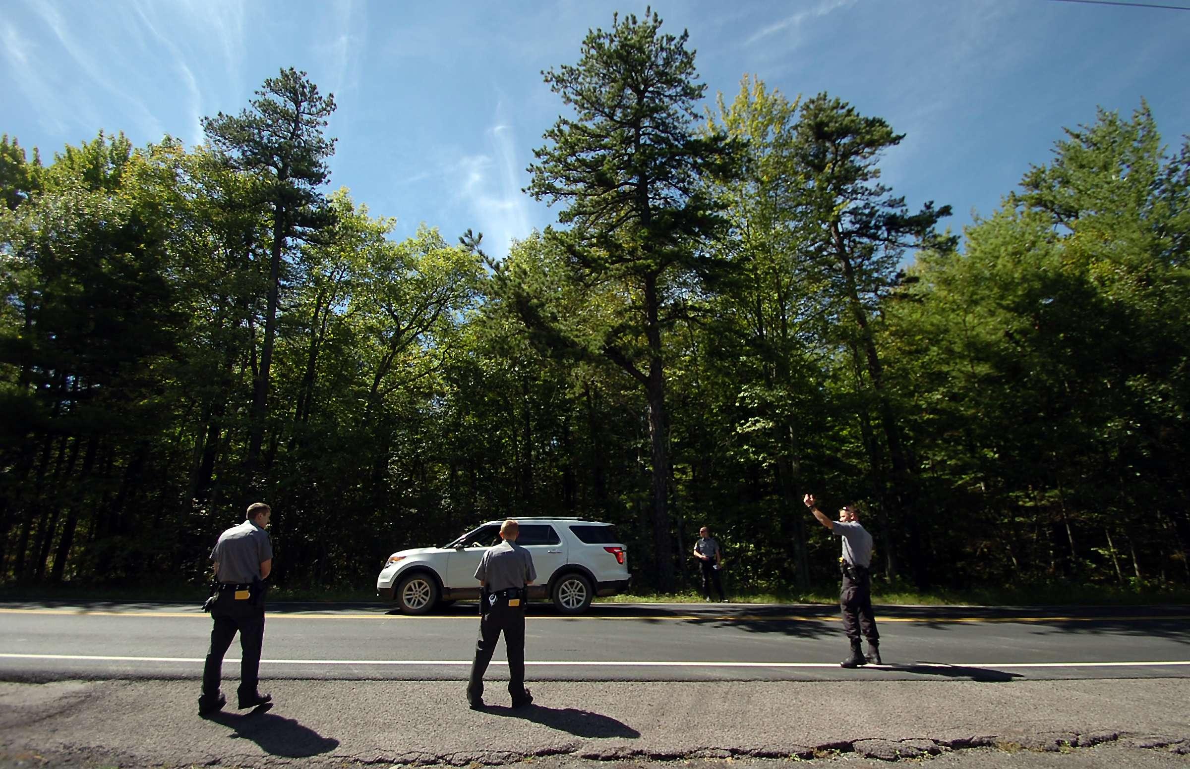 Policías estatales de Pennsylvania vigilan en un retén en la carretera 402 en Blooming Grove Township, Pennsylvania, el domingo 14 de septiembre de 2014. Foto: AP en español
