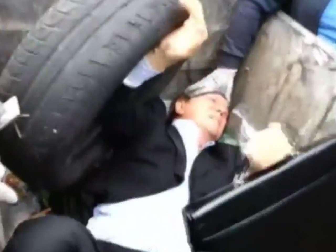 El diputado fue sacudido dentro del basurero por los manifestantes Foto: YouTube
