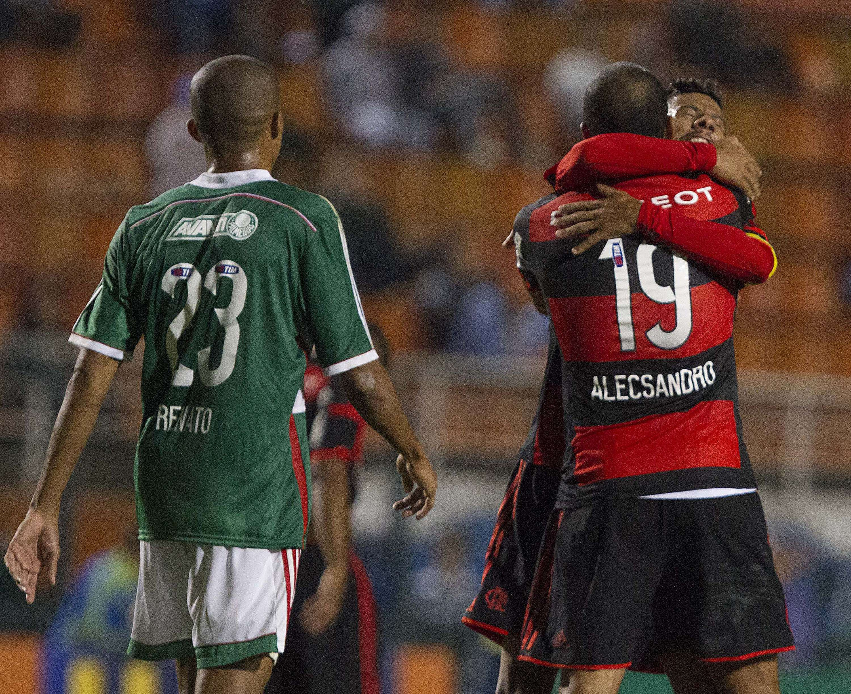Alecsandro e Léo Moura se abraçam após o atacante marcar o segundo gol do Flamengo na partida Foto: Reginaldo Castro/Gazeta Press