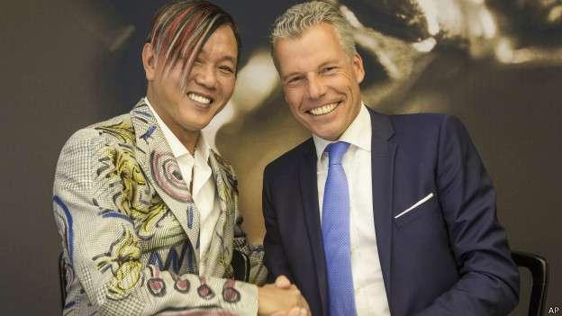 Stephen Hung (izq.) firmó el acuerdo para comprar los autos de lujo en la fábrica de Rolls-Royce en Inglaterra, el martes. Foto: BBCMundo.com