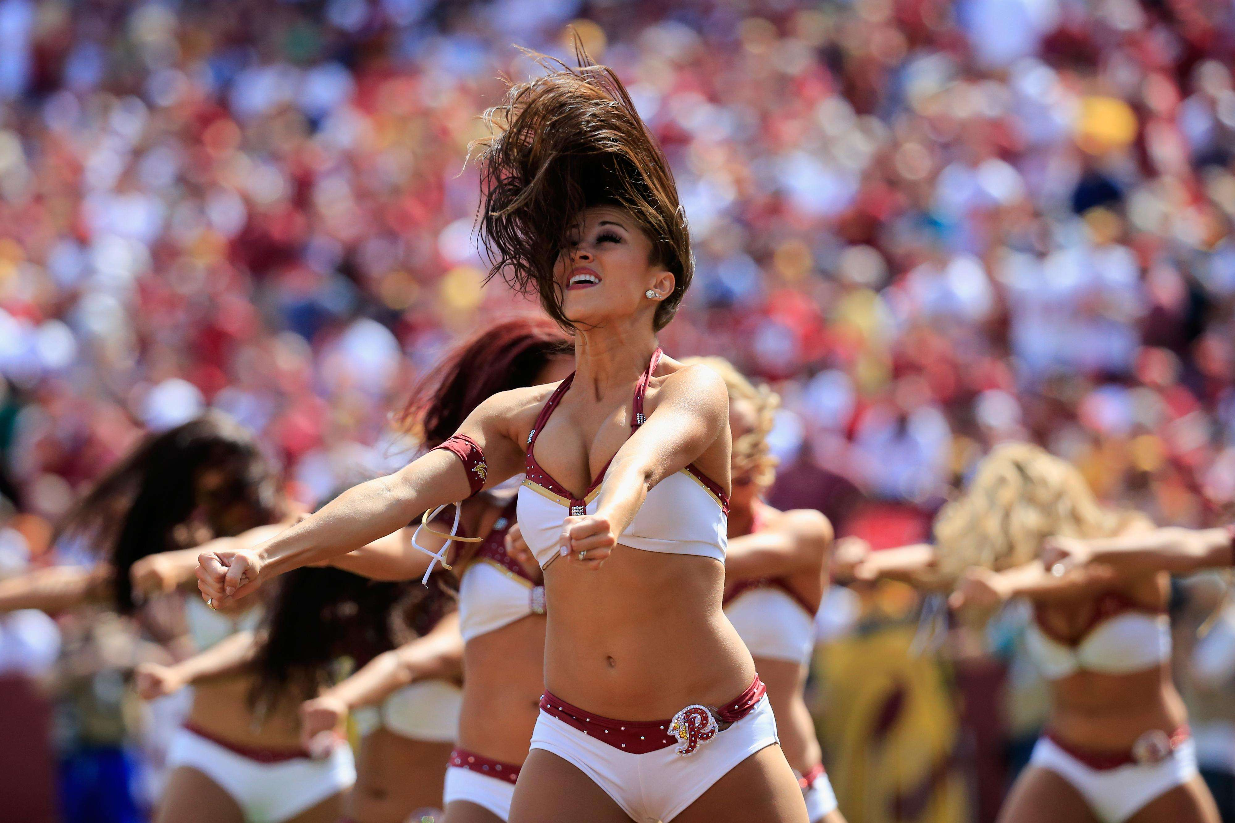 Las famosas porristas de la NFL muestran su belleza y espectacular trabajo en las canchas de la liga. Foto: Getty Images