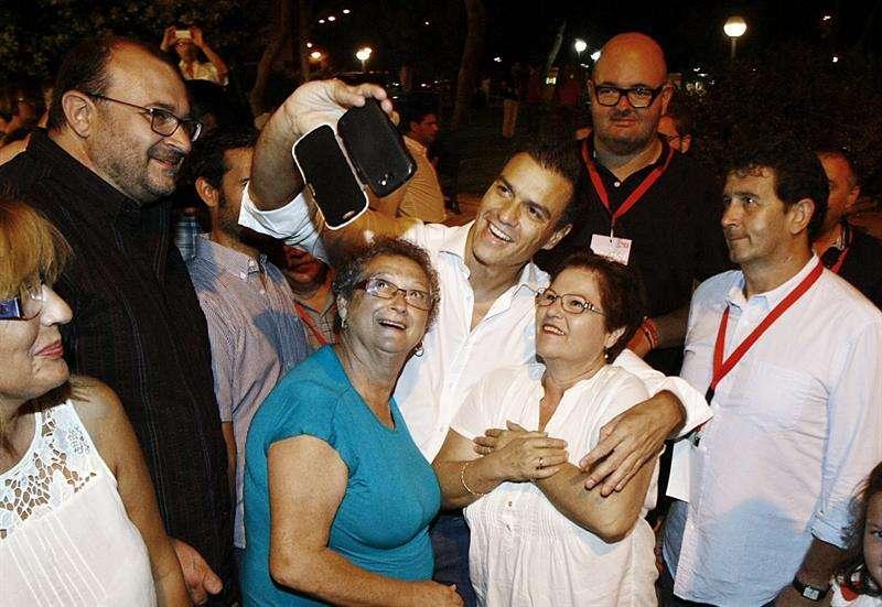El secretario general del PSOE, Pedro Sánchez (c), se hace un selfi con dos simpatizante. Foto: Manuel Lorenzo/EFE en español