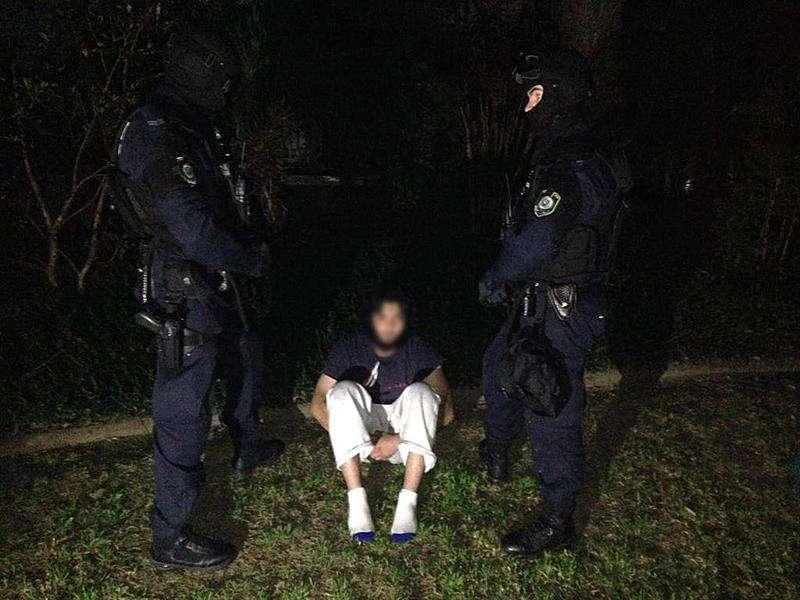 Fotografía cedida por la Policía de New South Wales este 18 de septiembre de 2014 que muestra a oficiales de la Policía de New South Wales y de la Policía Federal australiana mientras arrestan a una persona durante en una redada en una casa en Sydney . Foto: EFE en español