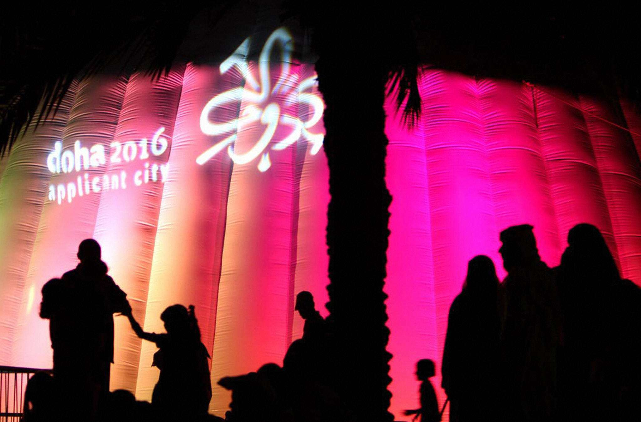 A general view shows people attending a lavish celebratory event to launch Qatar's bid to have host the 2016 Summer Olympics. Foto: Getty Images