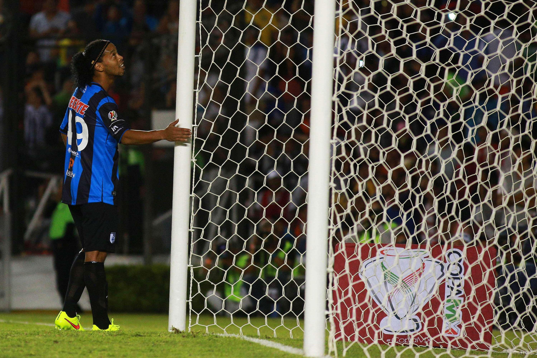 Ronaldinho se consoló en el poste tras fallar una pena máxima Foto: Imago 7