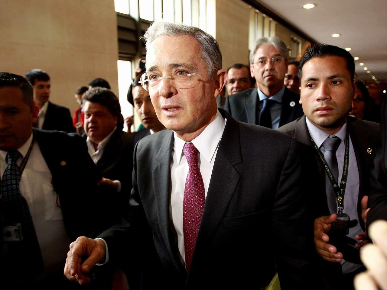 """Uribe manifestó en su cuenta de Twitter que Mancuso es un """"terrorista preso"""" aliado en su contra con paramilitares, sus antiguas víctimas y la guerrilla. Foto: EFE en español"""