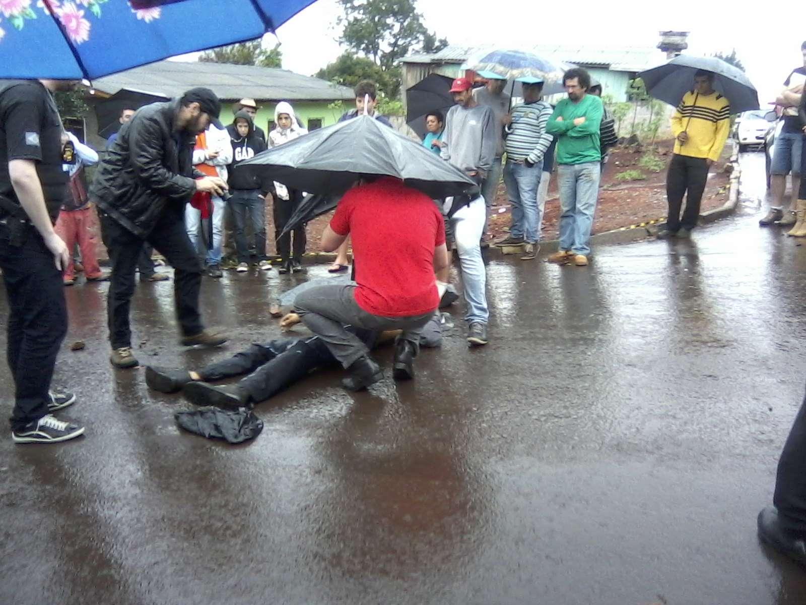 Polícia faz perícia em corpo baleado na rua dos Girassóis, em Dois Vizinhos Foto: Eder Tecchio/vc repórter