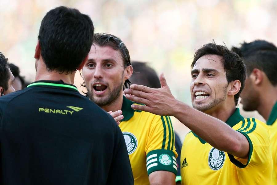 Valdivia pisó a un rival y recibió la roja. Foto: Agencia UNO