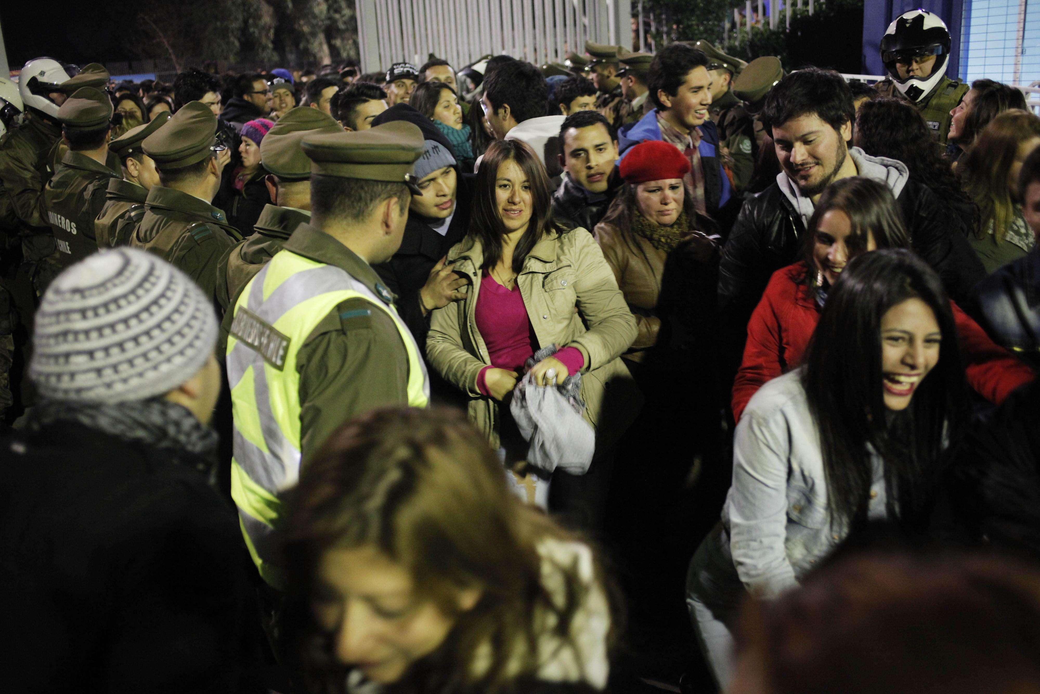 Situaciones de caos se vivieron en las puertas de la fonda en el Parque O´Higgins por la gran congestión de personas que intentaron ingresar a la fiesta que fue inaugurada por la presidenta Michelle Bachelet Foto: Agencia UNO