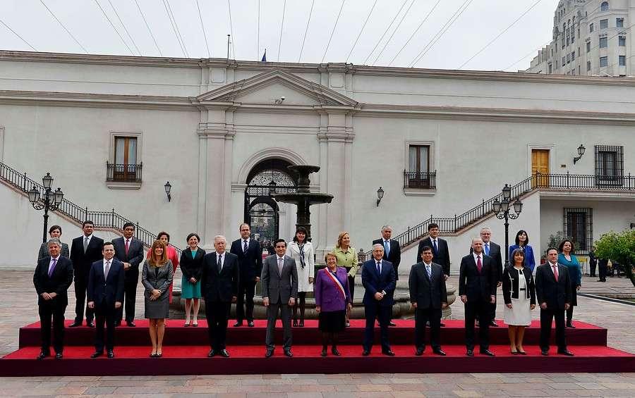 La presidenta Michelle Bachelet realiza la fotografía oficial junto a los Ministros de estado en el patio Los Naranjos del Palacio de La Moneda durante la celebración de Fiestas Patrias. Foto: Agencia UNO