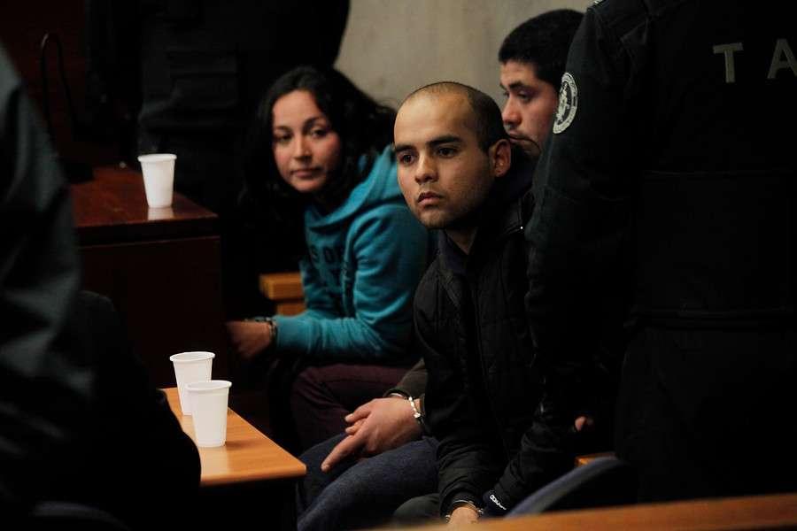 Juan Flores Riquelme (22), Guillermo Durán (25) y Nataly Casanova (26), sospechosos de colocar la bomba en la Estación de Metro Escuela Militar, fueron trasladados para su control de detención desde la 33 comisaría de Ñuñoa. Foto: Agencia UNO