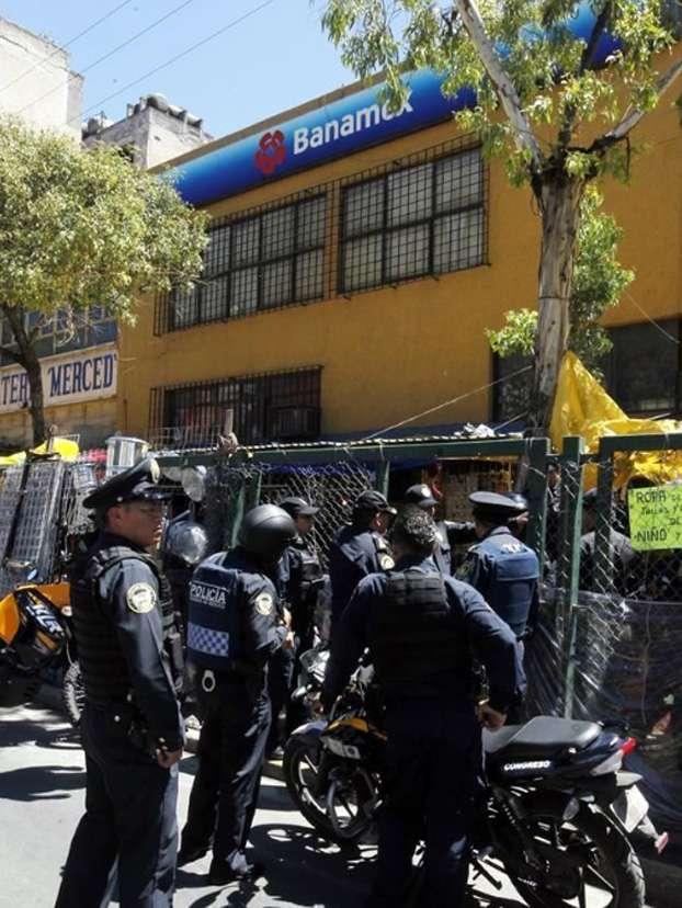 Policías acudieron a la sucursal tras el asalto, pero el ladrón no fue ubicado Foto: Reforma