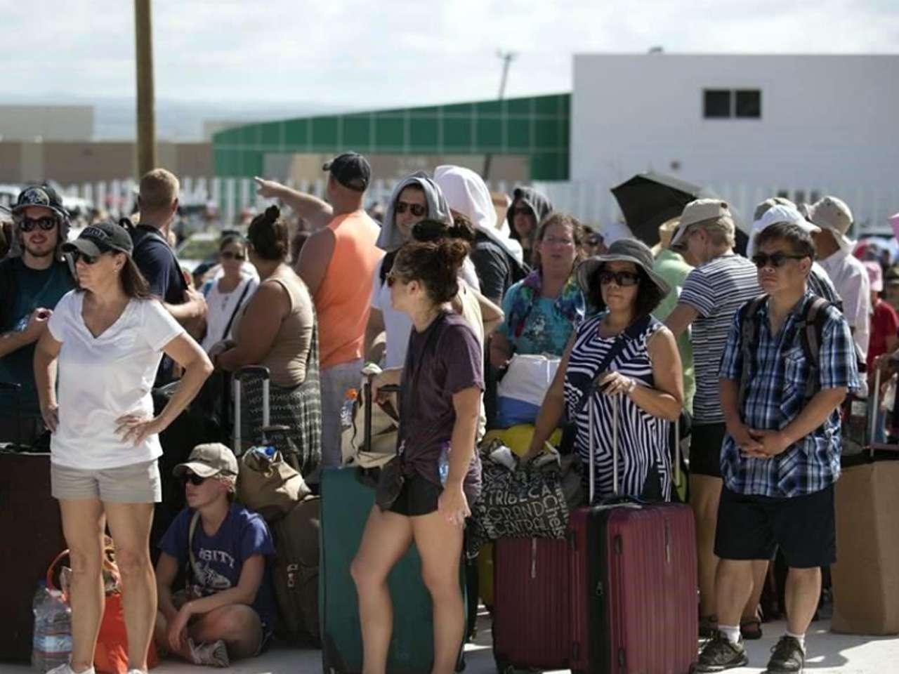 Turistas en espera de ser evauados del Aeropuerto Internacional de Los Cabos Foto: AP en español