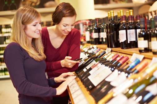 36 por ciento de los adultos prefiere obtener consejos sobre consumo responsable por parte de las personas que comercializan bebidas alcohólicas. Foto: Getty Images