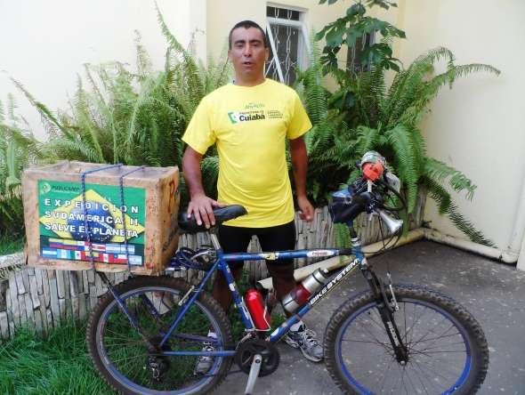 Em Cuiabá, mecânico conta que quer chegar ao México de bike Foto: Secom de Cuiabá/Divulgação