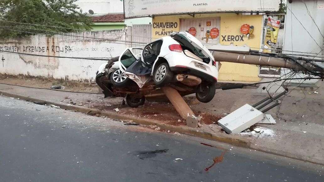 Com o impacto, o carro e o poste foram cortados ao meio e o homem morreu preso às ferragens Foto: Divulgação