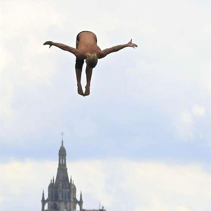 Un clavadista salta en los primeros entrenamientos de las series mundiales de la Red Bull Cliff Diving, en Bilbao, la competición de saltos acrobáticos más importante del mundo. Foto: EFE en español