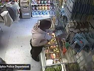 En el video se observa que el presunto delincuente llega y se retira del local en una bicicleta. Foto: YouTube