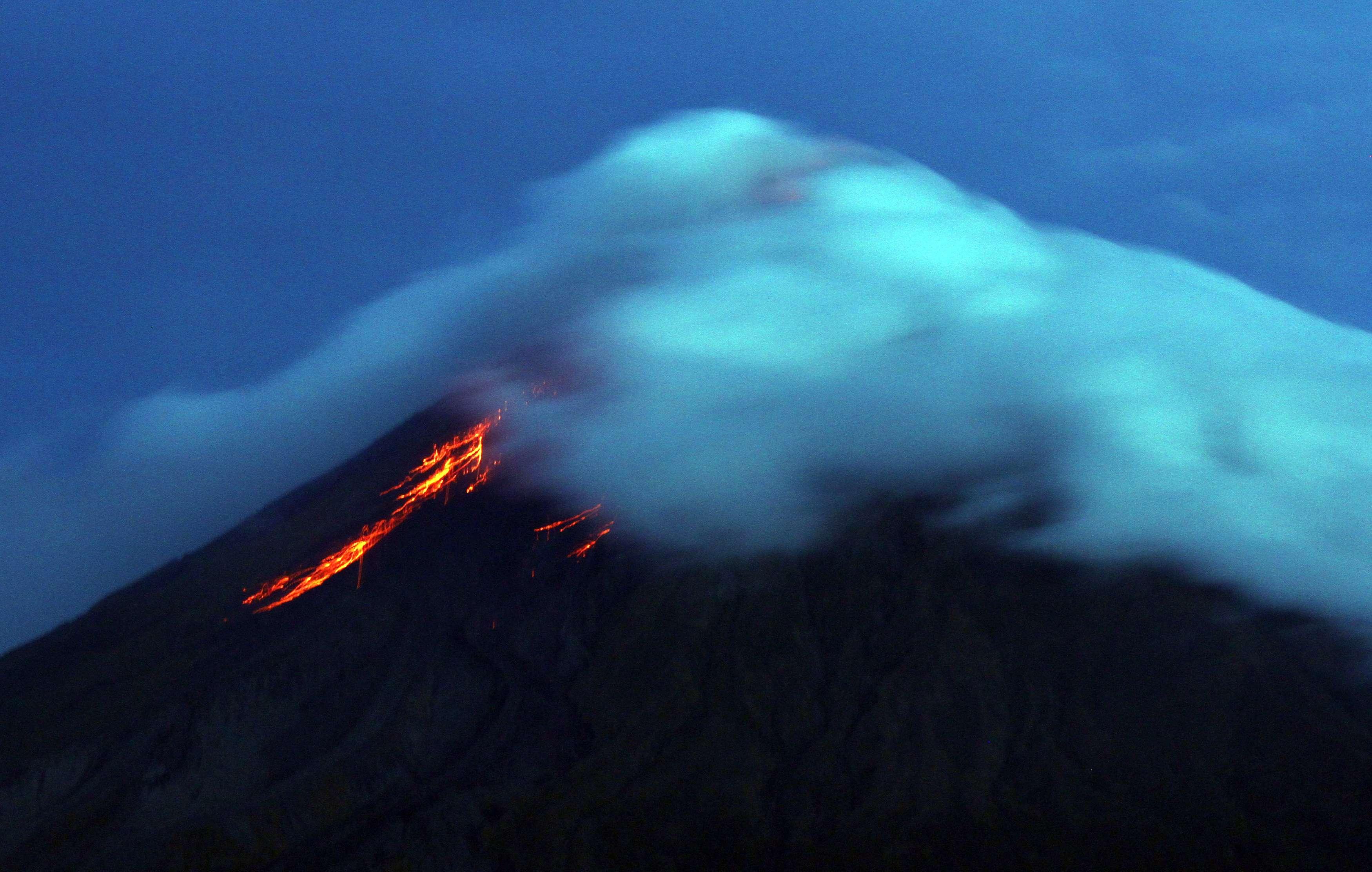 Más de 30.000 personas abandonaron sus hogares ante la erupción del volcán Mayon, en el este de Filipinas, que desde el lunes ha registrado un importante aumento en su actividad, informaron hoy las autoridades del país. Foto: AFP en español