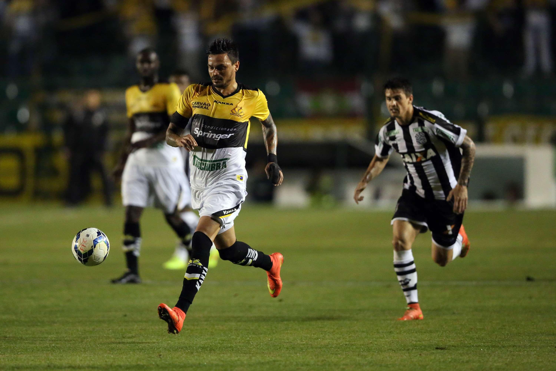 Fábio Ferreira protege a bola no clássico entre Figueirense e Criciúma Foto: Cristiano Andujar/Getty Images