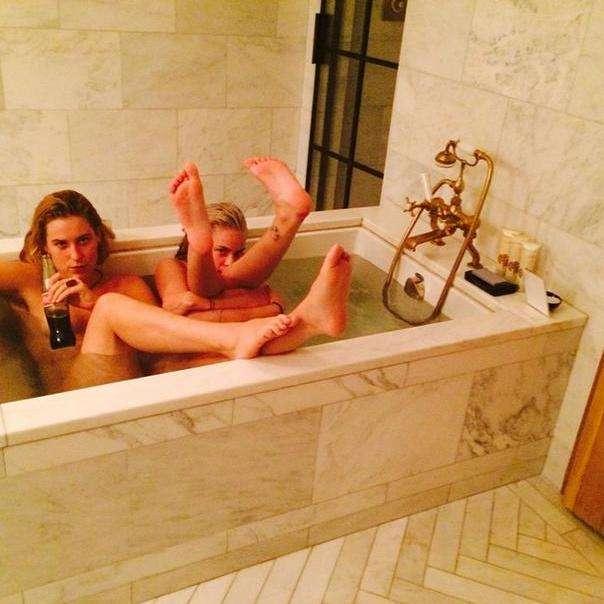 Tallulah e amiga nuas em banheira de luxo. Foto: Reprodução/Instagram