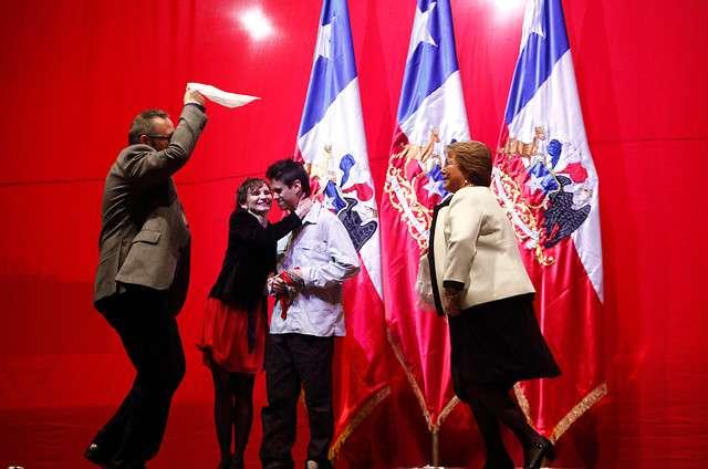 Presidenta inaugura fondas en Parque O'Higgins y baila pie de cueca junto a su hijo. Foto: Agencia Uno