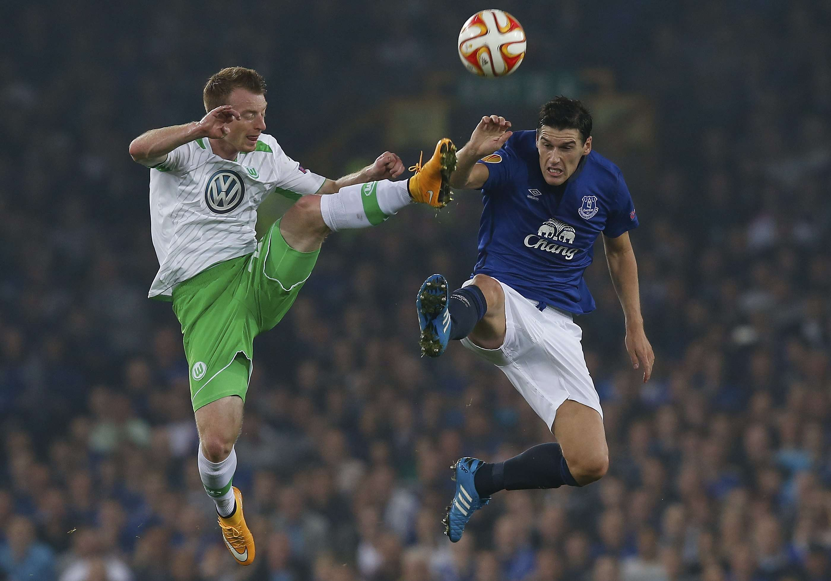 Everton's Gareth Barry (R) challenges VfL Wolfsburg's Maximilian Arnold during their Europa League soccer match at Goodison Park in Liverpool, northern England September 18, 2014. REUTERS/Andrew Yates (BRITAIN - Tags: SPORT SOCCER) Foto: ANDREW YATES/REUTERS