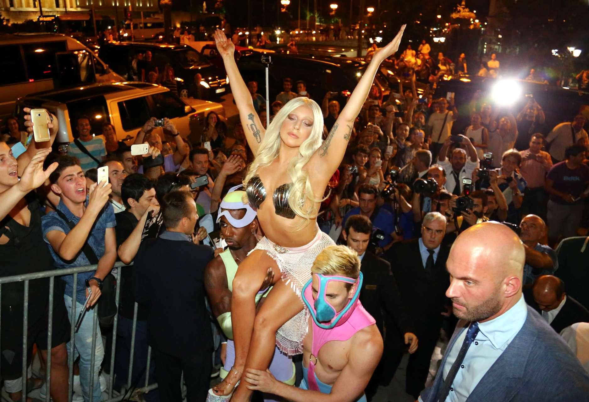 Lady Gaga veste look ousado Foto: The Grosby Group