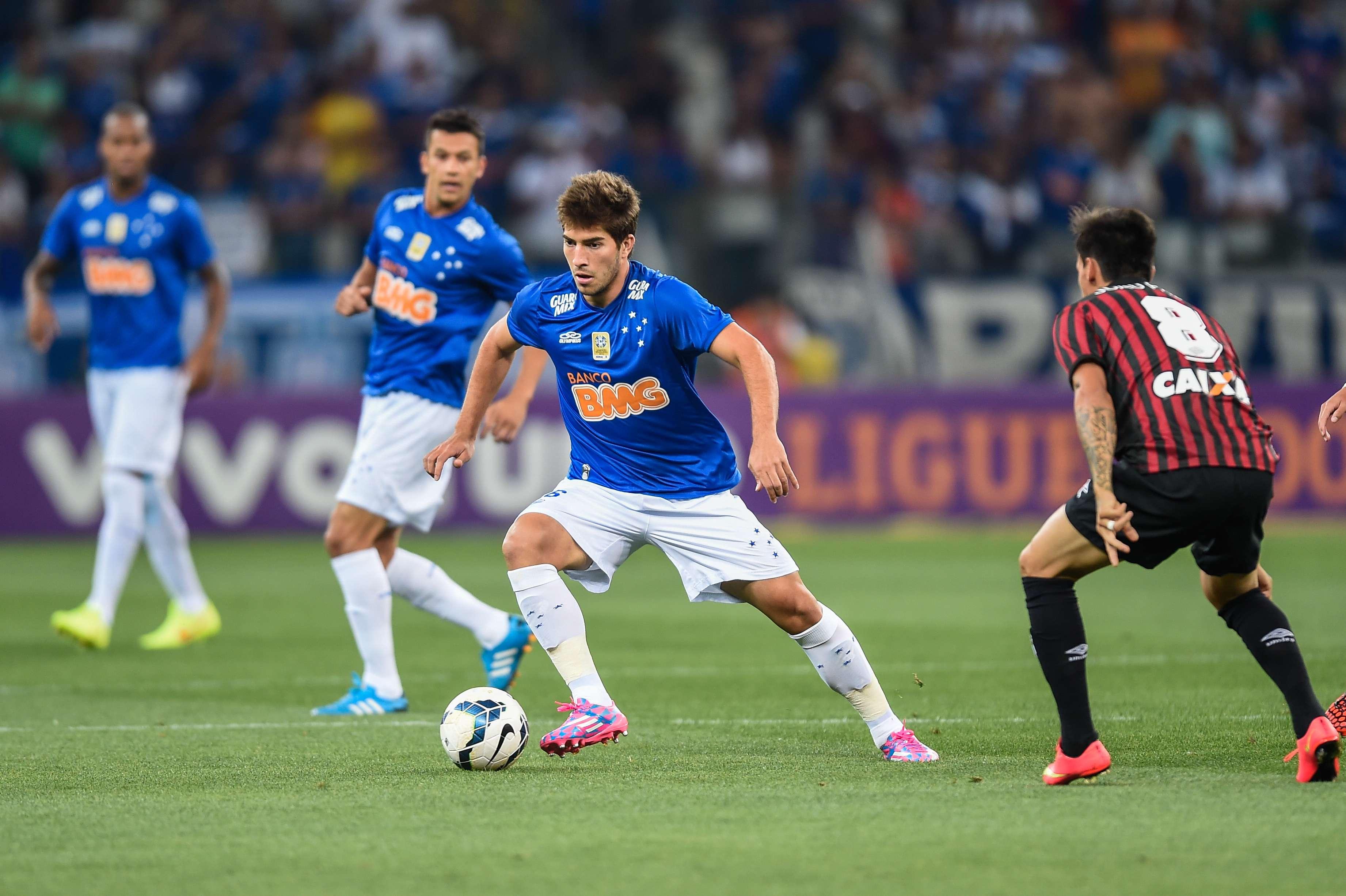 Lucas Silva arrisca jogada no Mineirão Foto: Pedro Vilela/Getty Images