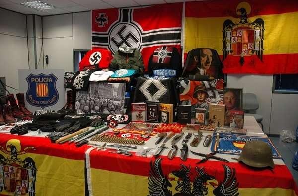 Material de contenido neonazi incautado. Foto: Archivo/ EFE