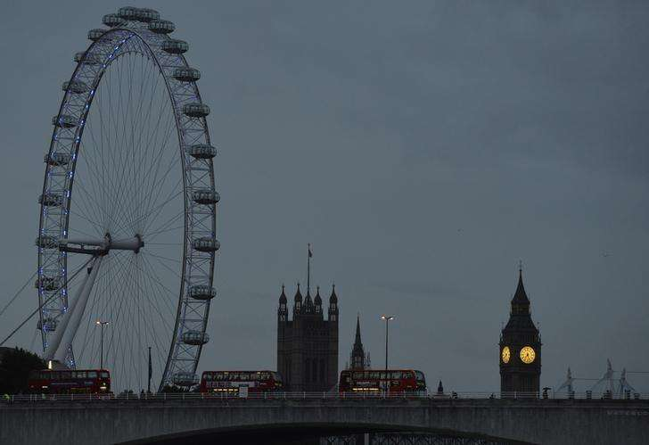 The London Eye is seen near the Houses of Parliament at dawn in central London October 21, 2013. Foto: Toby Melville/Reuters