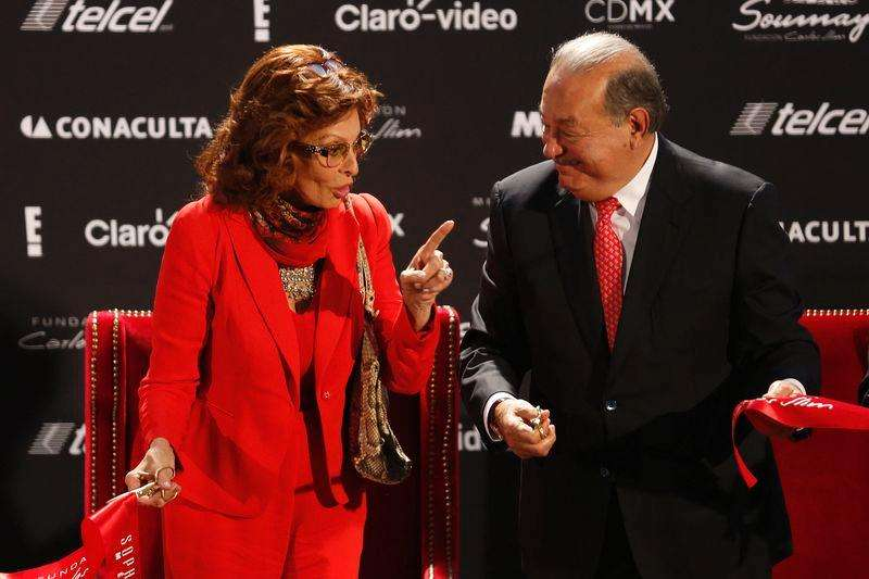 Italian actress Sophia Loren (L) jokes with Mexican tycoon Carlos Slim after cutting the ribbon for her exhibition at the Soumaya museum in Mexico City September 18, 2014. Foto: Tomas Bravo/Reuters