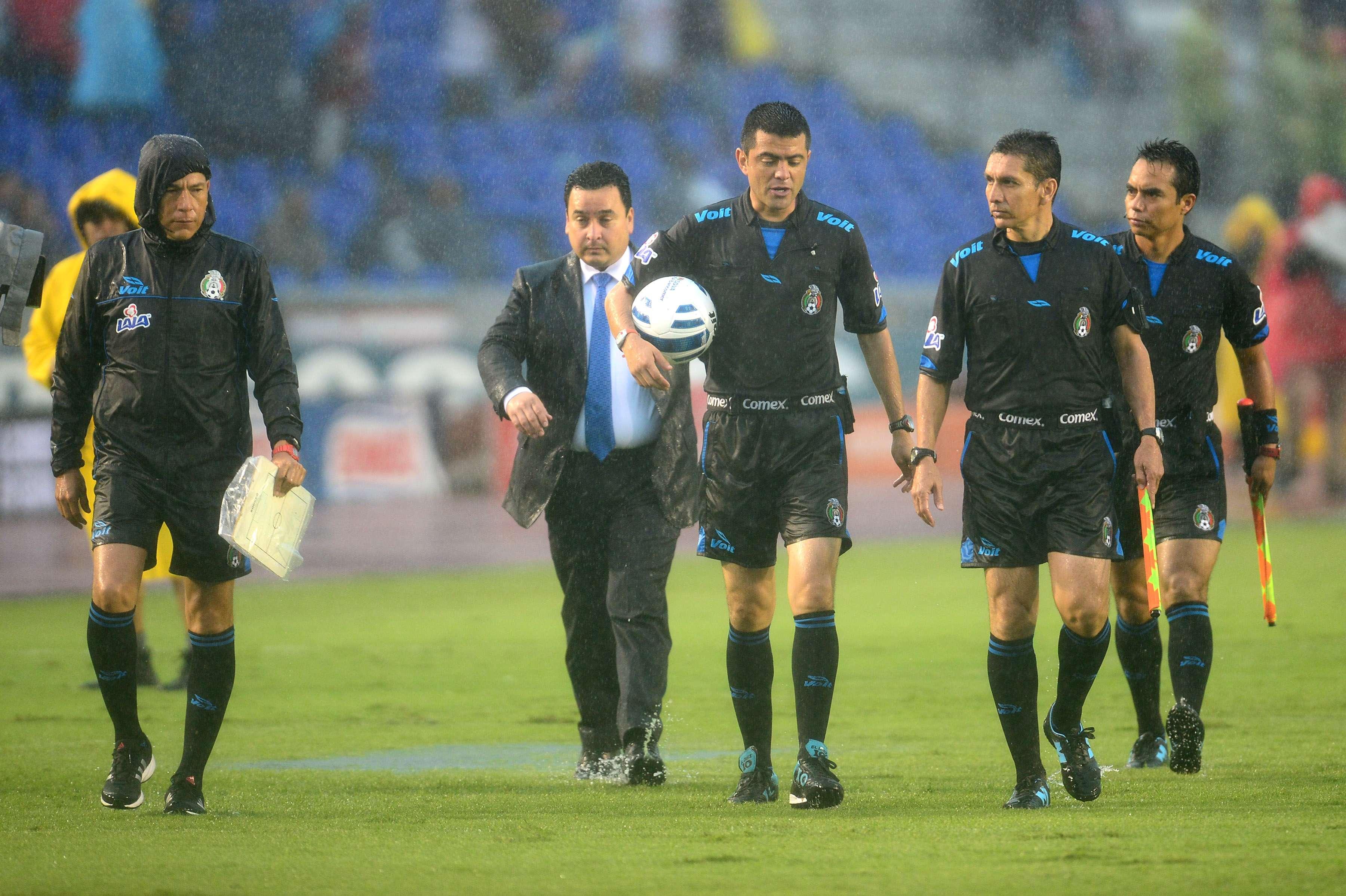 Miguel Ayala el árbitro del partido entre Rayados y Chivas. Foto: Mexsport