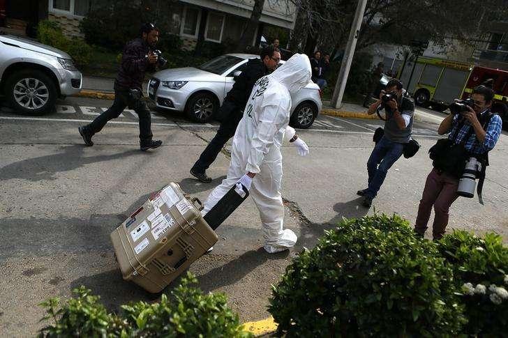 Policial deixa área onde bomba explodiu em Santiago, em 8 de setembro. Foto: Ivan Alvarado/Reuters