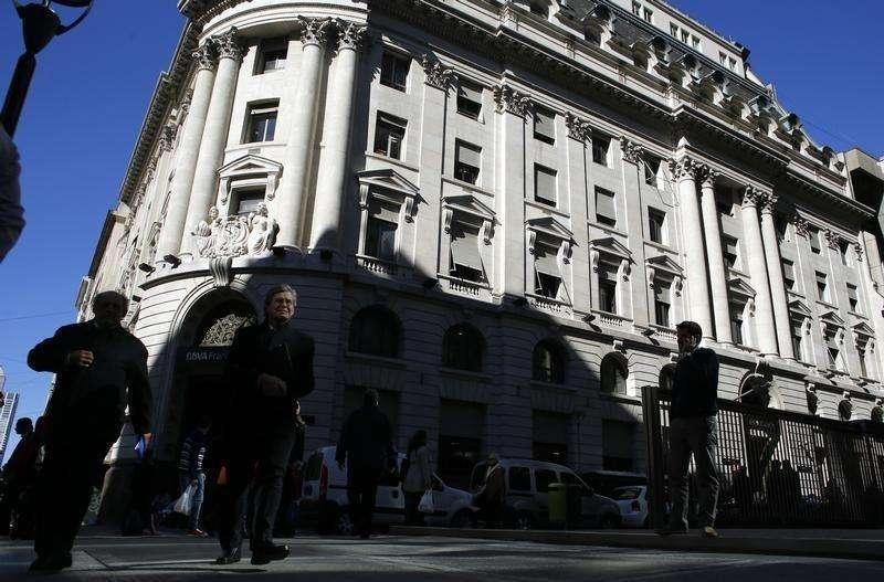 Personas caminan por el distrito financiero de Buenos Aires. Imagen de archivo, 14 agosto, 2014. Argentina registró en julio un superávit presupuestario primario de 767,9 millones de pesos (91,3 millones de dólares), comparado con un resultado positivo de 803,5 millones del mismo mes del 2013, informó el jueves el Gobierno. Foto: Marcos Brindicci/Reuters