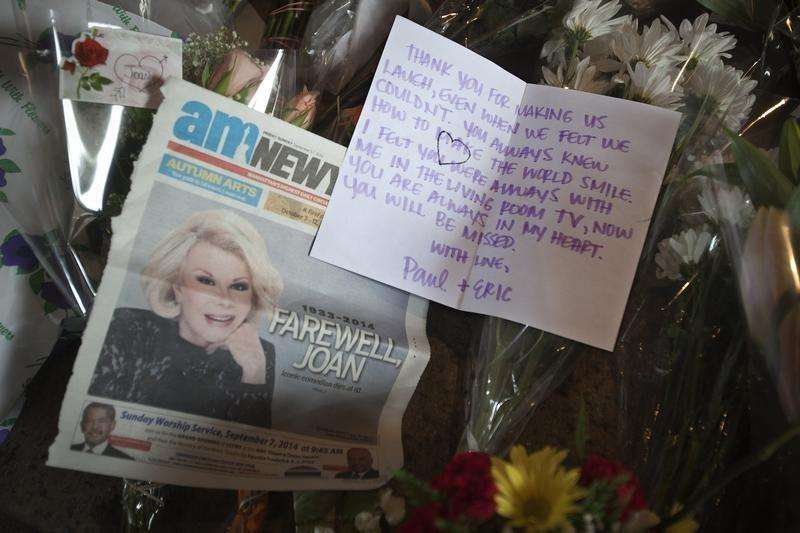 Tributes left in memory of Joan Rivers are seen in front of her former residence in the Manhattan borough of New York September 5, 2014. Foto: Carlo Allegri/Reuters