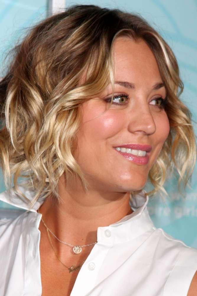 Kaley Cuoco investiu em ondas bem naturais e deixou as pontas mais claras que a raiz, escolha que também fica linda em mulheres com o cabelo curto como a atriz Foto: DFree/Shutterstock