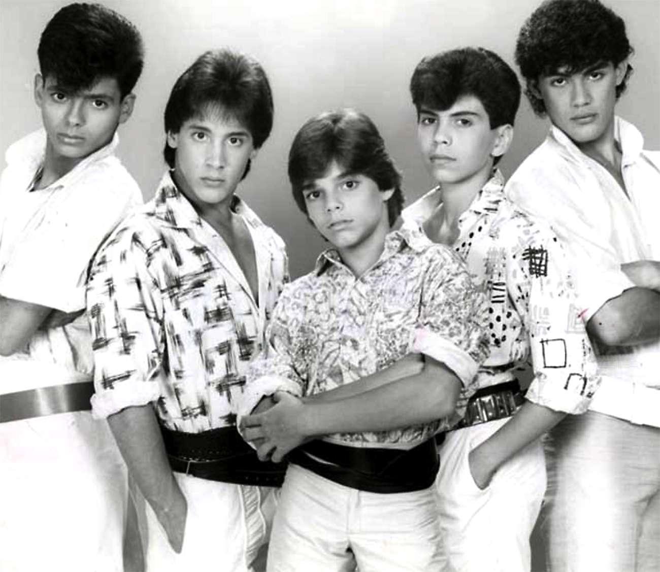 Ray en sus días como integrante del grupo Menudo, al lado de Ricky Martin, Charlie y Robi. Foto: Mezcalent