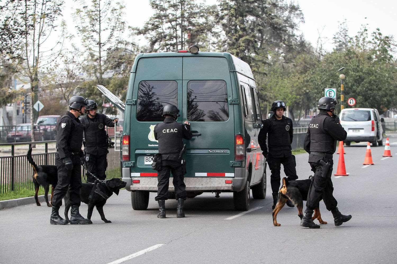 Juan Flores Riquelme (22), Guillermo Durán (25) y Nataly Casanova (26), sospechosos de colocar la bomba en la Estación de Metro Escuela Militar, fueron trasladados para su control de detención desde la 33 comisaría de Ñuñoa. Foto: UPI
