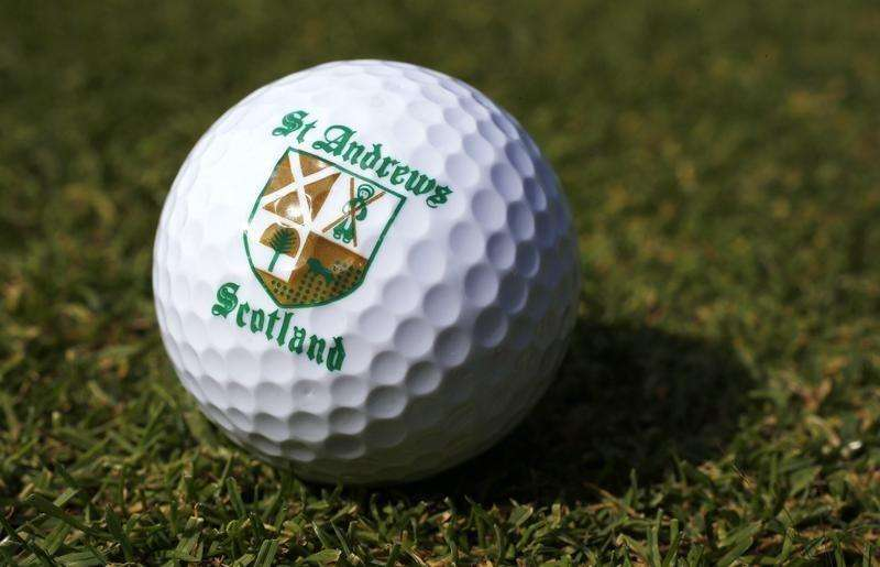 A St. Andrews souvenir golf ball is seen on a golf course in London June 11, 2014. Foto: Suzanne Plunkett/Reuters