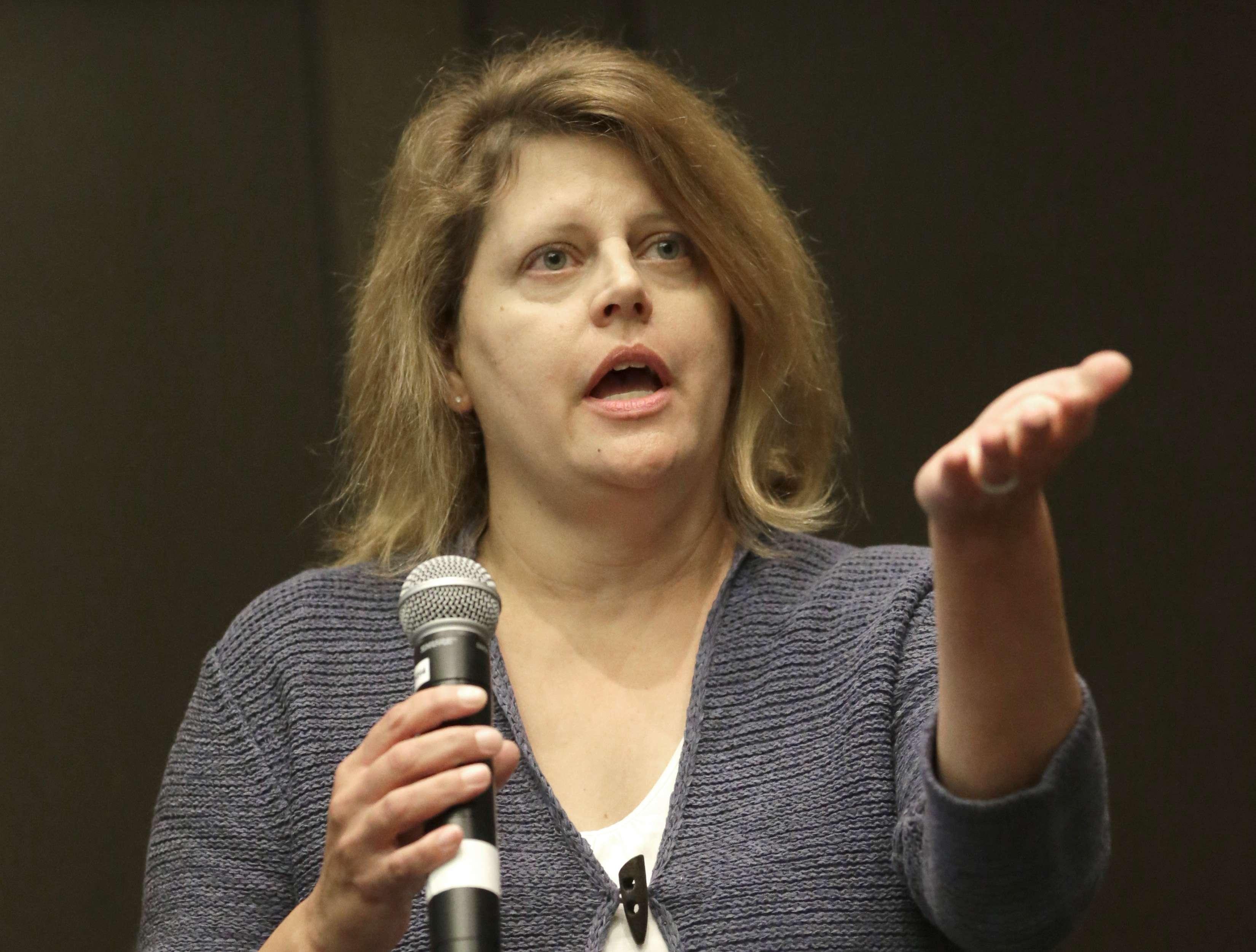 Sally Buzbee, jefa de la oficina de AP en Washington, D.C., responde una pregunta durante una sesión de la conferencia de la agencia sobre el acceso de los periodistas a la Casa Blanca. Foto: AP en español