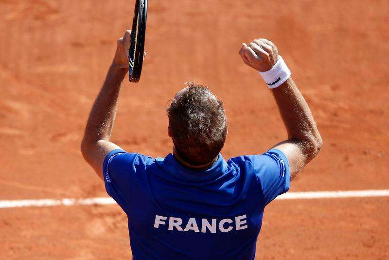 (From L, visible faces) French team captain Arnaud Clement, Julien Benneteau, Michael Llodra, Jo-Wilfried Tsonga, Gael Monfils and Richard Gasquet (front) react after their victory over Czech Republic in the semi-final of the Davis Cup at the Roland Garros stadium in Paris September 14, 2014. Foto: Charles Platiau/Reuters