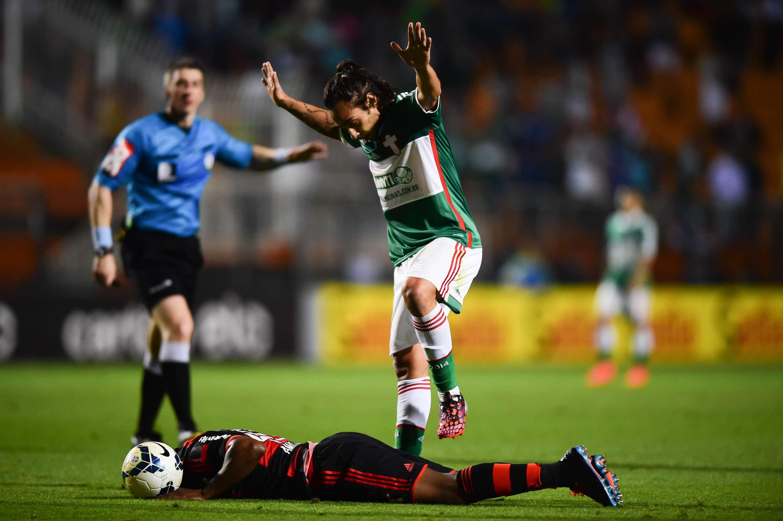 Valdivia comete falta e, com a bola parada, pisa no defensor do Flamengo Foto: Djalma Vassão/Gazeta Press