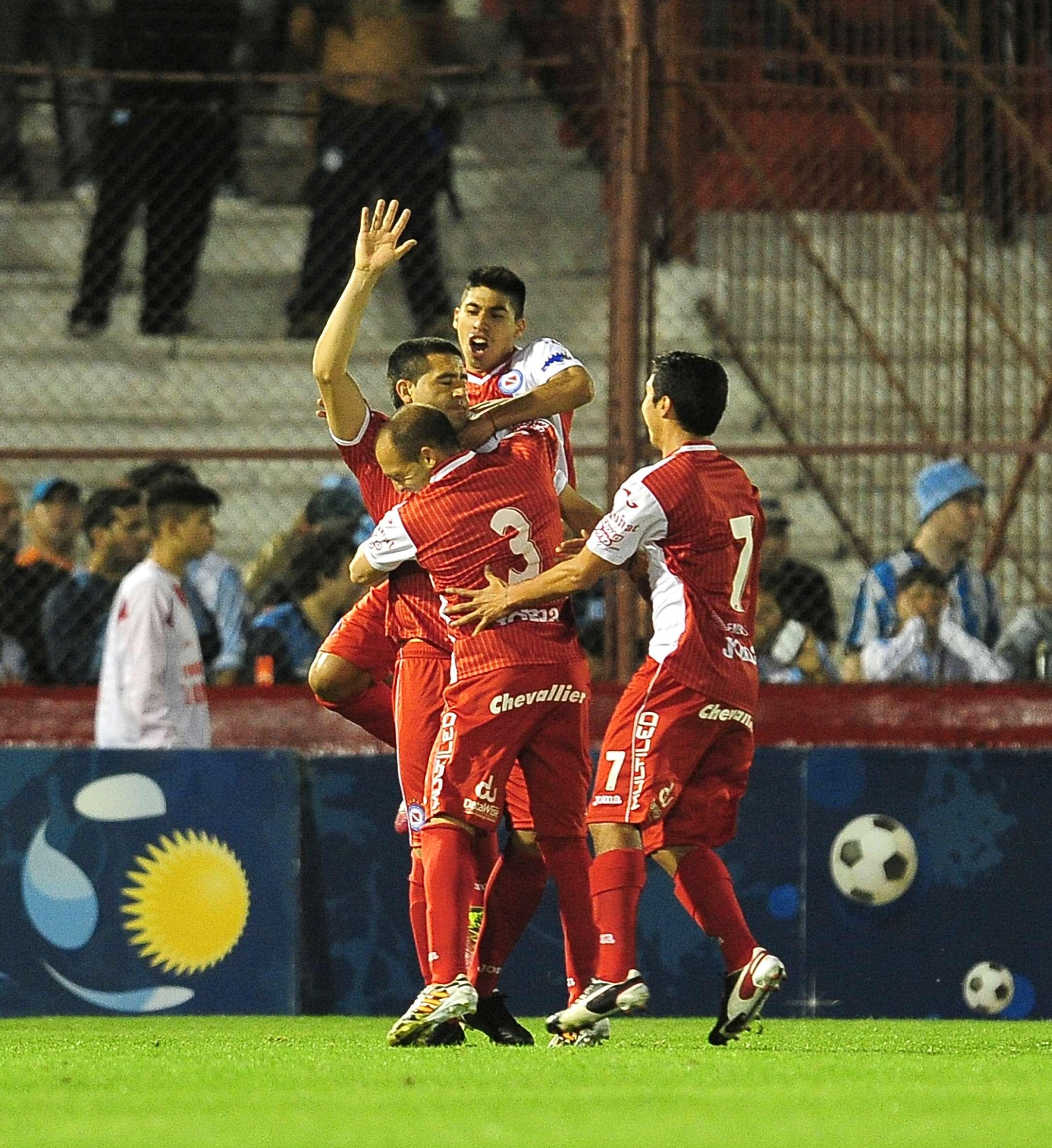 Juan Román Riquelme marcó el único gol del partido en el que Argentinos Juniors eliminó a Racing de la Copa Argentina Foto: Agencias
