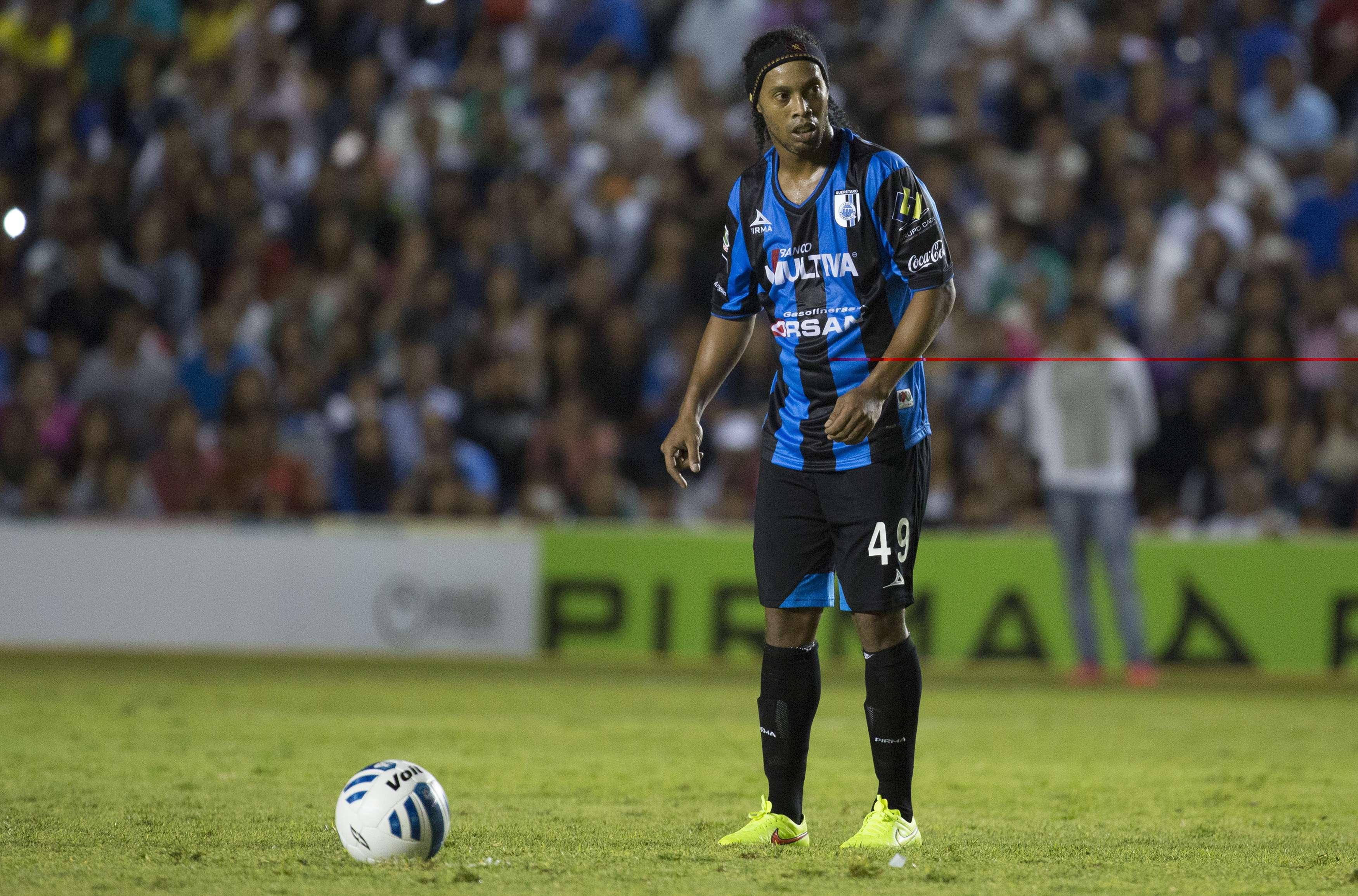 El brasileño Ronaldinho debutó en el futbol mexicano enfrentando a Tigres Foto: Mexsports