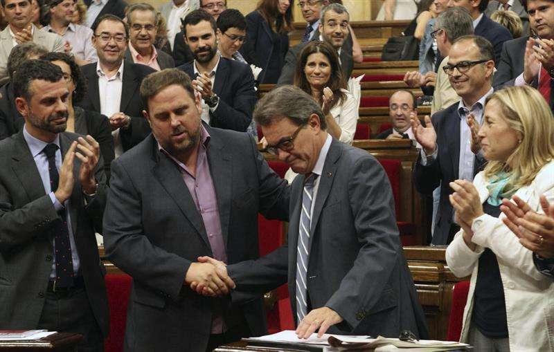 El presidente de la Generalitat, Artur Mas (c), estrecha la mano del lider de ERC, Oriol Junqueras (2i). Foto: EFE en español