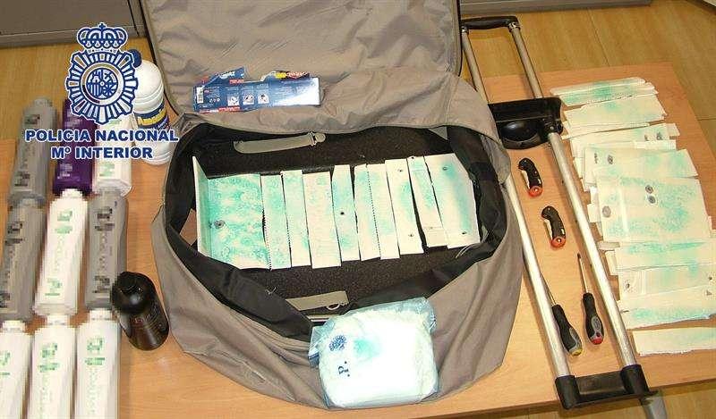 Fotografía facilitada por la Policía Nacional que ha detenido en Ibiza a cuatro personas de un grupo de narcotraficantes y se ha incautado de once kilos de cocaína líquida oculta en envases de champú. Foto: EFE en español